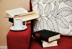 Sofa mit Büchern und Tee